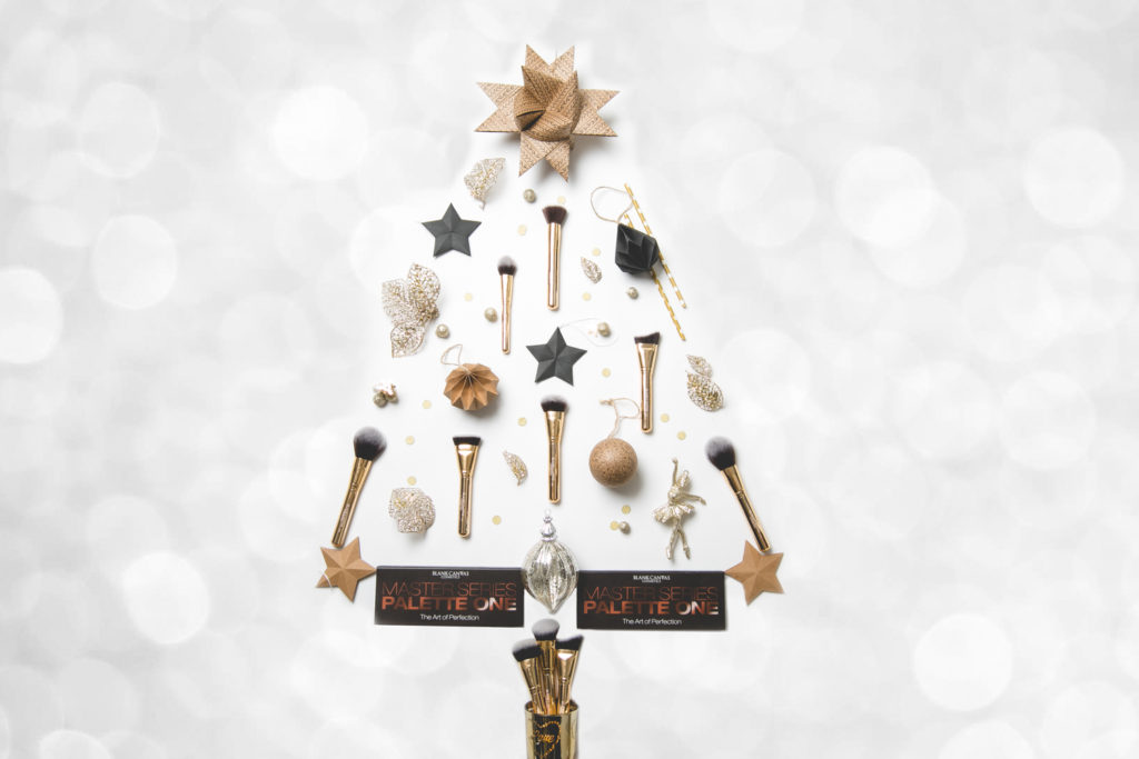 Make-up brushes shaped like a Christmas tree for black canvas cosmetics