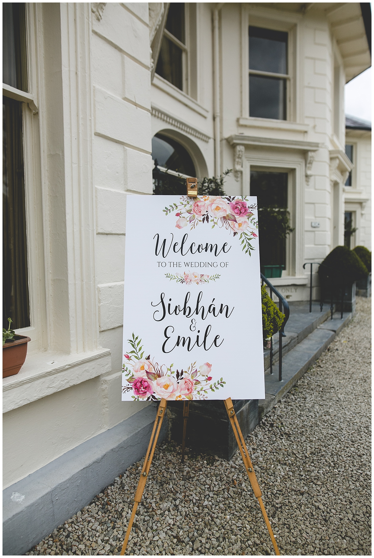 Wedding 'welcome' sing on a stylish paint easel