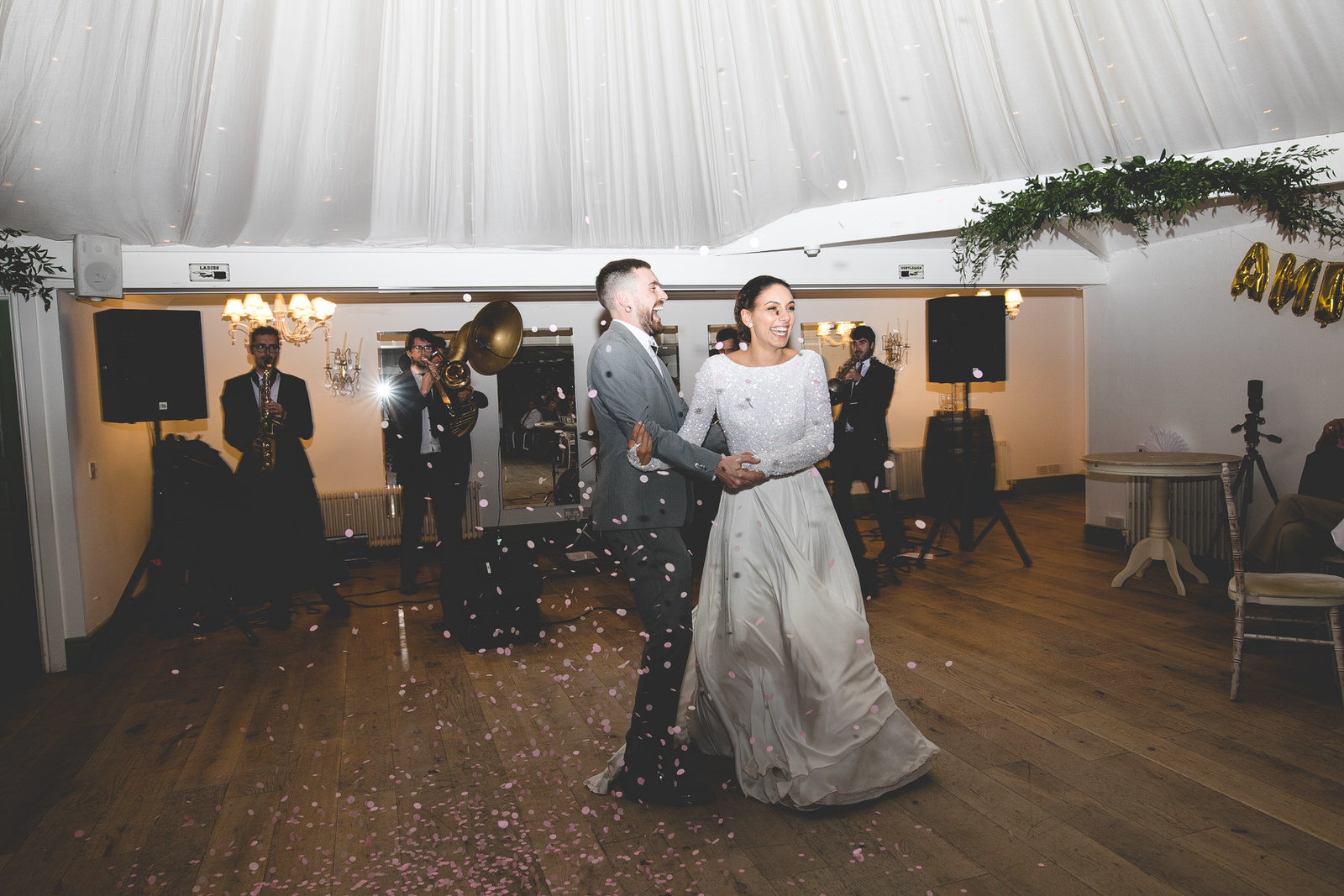 Confetti throw at first dance